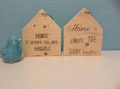Steigerhouten huisjes met tekst om op te hangen. Knutselkist.jimdo.com