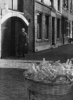 """Distilleerderij en Likeurstokerij """"De Grauwe Hengst""""van Daniel Visser en Zoonen op de Lange Haven. Alles werd daar nog handmatig gedaan ,zowel het vullen als ook het spoelen van de flessen. Pas in 1936 werd een flessenspoelmachine aangeschaft.Een van de belangrijkste producten was advocaat !!"""