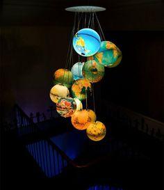 Lampenschirme Globen, die wie die Planeten aussehen, Aufstellung im Kindermuseum