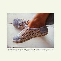 Pearl-Slippers pattern by Sophie and Me-Ingunn Santini Crochet Sandals, Crochet Boots, Knit Or Crochet, Crochet Crafts, Crochet Clothes, Diy Accessoires, Knitted Slippers, Crochet Basics, Crochet Accessories