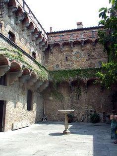 Castello di Vincigliata, (il cortile) Firenze, Toscana, Italy. 43°47′39.89″N 11°18′54.51″E