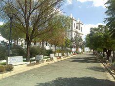Basílica Real e jardim adjacente no centro de Castro Verde