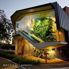 Incrivelmente diferente e moderna, essa casa de luxo exibe um design inovador e um jardim vertical dentro de casa! (=)