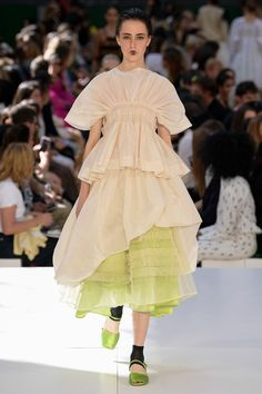 See all the Collection photos from Molly Goddard Spring/Summer 2020 Ready-To-Wear now on British Vogue 2020 Fashion Trends, Fashion 2020, High Fashion, Fashion Show, Fashion Design, Daily Fashion, Couture Mode, Couture Fashion, Summer Fashion Outfits