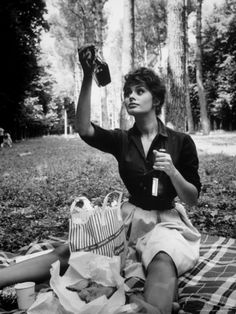 """Sophia Loren examining contents of bottle while on picnic during location filming of """"Madame Sans Gene"""",photo by Alfred Eisenstaedt, Italy 1961 Carlo Ponti, Brigitte Bardot Photos, Divas, Pin Up, Foto Portrait, Photo Star, Vintage Picnic, Italian Actress, Jean Harlow"""