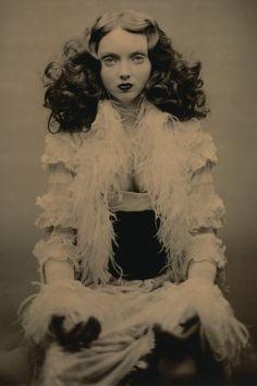 Lily Cole gefotografeerd door LaRoache Brothers in het boek New Fashion Photography.