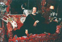 """Diana Vreeland photographiée dans son appartement new-yorkais par Jonathan Becker. Surnommé par sa propriétaire """"le jardin en enfer"""", entièrement habillé de rouge par le décorateur Billy Baldwin, il fur le lieu de nombreuses receptions où se pressaient Cecil Beaton, Cole Porter et la crème des socialites de Manhattan. Diana Vreeland dans son appartement new-yorkais, 1979"""