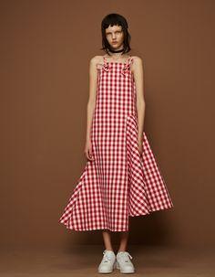 Liushu Lei and Yutong Jiang, the designers behind the fashion brand Shushu/Tong, bring a chic edge and fine tailoring to grunge. Fashion Details, Look Fashion, Girl Fashion, Fashion Dresses, Fashion Women, Fashion Design, Simple Dresses, Summer Dresses, Shorts Longs