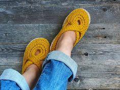 Women Twisted Strap Slippers - Free Crochet Pattern - Share a Pattern Easy Crochet Slippers, Crochet Slipper Pattern, Crochet Shoes, Crochet Patterns, Crochet Clothes, Loafer Slippers, Loafer Shoes, Loafers, Jute