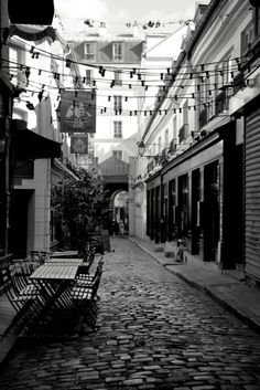 Alleyways are always the coolest places to find great cafe, restaurants, and boutiques (PARIS - SAINT GERMAIN DES PRES)