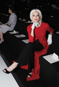 Carmen Dell'Orefice Hung Out At Fashion Week With Ryan Lochte (PHOTOS). Distinguida y con estilo. Mature Fashion, Fashion Over 50, Look Fashion, Carmen Dell'orefice, Mode Pop, Estilo Fashion, Advanced Style, Ageless Beauty, Style And Grace