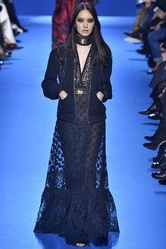 Tudo maravilhoso! O casaco é perfeito! Coleção // ELIE SAAB, Paris, Inverno 2017 RTW // Foto 31 // Desfiles // FFW