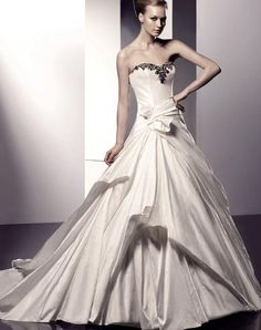 When you put on the wedding dress, you must be the most beautiful bride in the world in the eye of __.