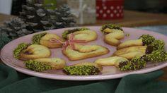 Weihnachtliches Spritzgebäck - Video. Spritzgebäck mit Schokolade und Pistazien. German Cookies, Christmas Cookies, Zucchini, Sausage, Almond, Meat, Chicken, Vegetables, Food