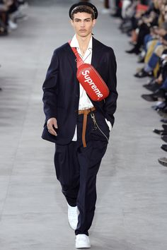See all the Collection photos from Louis Vuitton Autumn/Winter 2017 Menswear now on British Vogue Men Fashion Show, Mens Fashion Week, High Fashion, Men's Fashion, Fashion Tips, Vogue, Pharrell Williams, Louis Vuitton Hombre, Athleisure