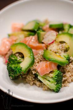 Aujourd'hui, je vous propose de préparer : une salade de quinoa aux brocolis, à l'avocat et au saumon frais...pleine de bonnes choses ! ...