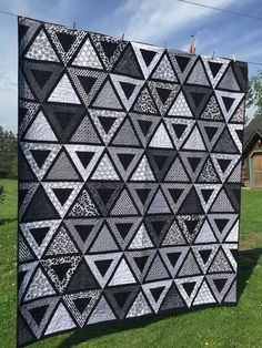 Chopsticks by Jaybird Quilts in black and white fabrics. Grey Quilt, Black Quilt, Quilting Designs, Art Quilting, Modern Quilting, Quilting Tutorials, Quilting Ideas, Jaybird Quilts, Quilt Modernen