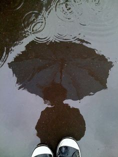 rain, grunge, and umbrella kép Rainy Day Photography, Indie Photography, Umbrella Photography, Photography Poses, Aesthetic Images, Aesthetic Vintage, Aesthetic Wallpapers, Rain Wallpapers, I Love Rain