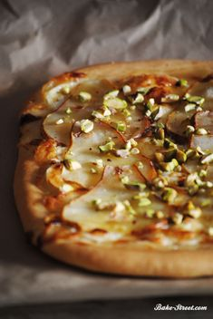 Pear, goat cheese and pistachios pizza - Pizza de pera, queso de cabra y pistachos