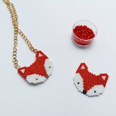 « Voici la famille renard : un collier pour Louise et une broche pour moi. Réalisé en tissage peyote mais je préfère le brick stitch et vous? @fifijolipois… »