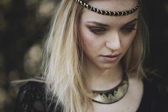 "Headband tressé en cuir 5 épis ""Tebokw, la Nuit"" et le collier plastron cuir noir et bronze ""Aki, la Terre"" . Headband Braided Leather 5 ears ""Tebokw the Night"" and the bib necklace black leather and bronze ""Aki Earth""."