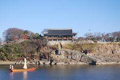 촉석루 : 진주의 상징물. 남강변 바위위에 위풍을 드러내는 촉석루는 건축학적으로도 '영남 제일의 누각'으로 꼽힌다