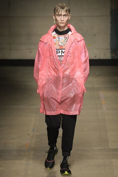 See all the Collection photos from Topman Design Autumn/Winter 2017 Menswear now on British Vogue Dope Fashion, Denim Fashion, Fashion 2017, Runway Fashion, High Fashion, Fashion Show, Fashion Tips, Fashion Styles, London Fashion Weeks