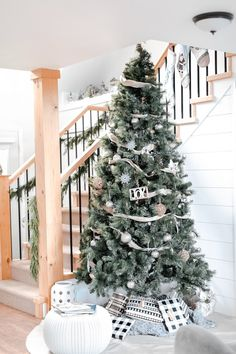 How I used natural elements from Scandinavian and Modern Farmhouse design concepts to decorate for Christmas this year for a simple decor theme Seasonal Decor, Fall Decor, Holiday Decor, Holiday Fun, Holiday Ideas, Christmas Ideas, Festive, Scandinavian Holidays, Modern Farmhouse Design