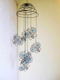 Wire butterflies on a spring Wire Crafts, Metal Crafts, Diy And Crafts, Mobile Art, Hanging Mobile, Wire Wrapped Jewelry, Wire Jewelry, Stylo 3d, Copper Wire Art