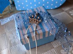 Striped box christening favor with metal crown! Mπομπονιέρα βάπτισης σε ριγέ κουτάκι πολυτελείας με μεταλλική κορώνα κόσμημα. Code N°MB0129