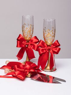 RED GOLD Wedding glasses and Cake Server Set cake knife RED bride and groom set of 4: wedding toasting flutes and wedding cake set For these glasses color: RED and gold All completely handmade! MEASUREMENTS: -Champagne flutes : Height - 9.2 inch (23.5 cm). Volume – 170ml (6.1 oz) - set for cake: cake server - 10 cake knife - 13 Custom champagne glasses may be created to fit your needs. Your unique wedding colors can be used for this design. Names and date may be painted to customize to…