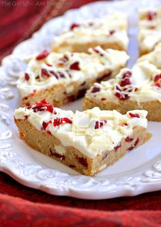 Cranberry bliss bars with cream cheese frosting. A copycat of the favorite Starbucks' cranberry bliss bar. Just Desserts, Delicious Desserts, Yummy Food, Dessert Healthy, Christmas Desserts, Holiday Treats, Christmas Recipes, Holiday Recipes, Healthy Snacks