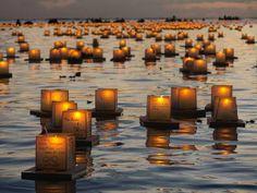 Des bouddhistes de l'école s hinnyo-en ont fait flotter des lanternes au parc Ala Moana de Honolulu, capitale d'Hawaii, le 26 mai 2014 afin ...