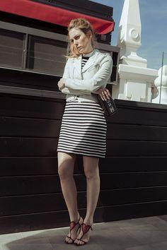 Chupa de cuero blanca de Maje y vestido de Comptoir des Cotoniers