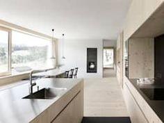 Haus für Julia und Björn: moderne Küche von Innauer-Matt Architekten ZT GmbH