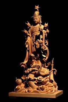 仏像彫刻原田謹刻 龍王像(りゅうおうぞう) 【八大龍王】 天龍八部衆に属する龍族の王。法華経(序品)に登場し、仏法を守護する。 霊鷲山にて十六羅漢を始め、諸天、諸菩薩と共に、水中の主である八大龍王も幾千万億の眷属の龍達とともにお釈迦様の教えに耳を傾けた。お釈迦様は「観音菩薩の御働き」を説かれ、その結果、「阿耨多羅三藐三菩提、無上正等正覚」を得て、護法の神となられるに至った。