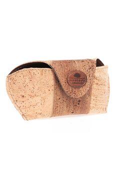 Zweifarbiges Brillenetui aus Kork. Mit Klickverschluss. Handgemacht aus feinem, wasserabweisendem Korkstoff. Für den ökologischen Style. Umweltfreundliche Korkernte und hochwertige Veredelung sind die Markenzeichen unserer Produkte. Handgefertigt! Kork ist ein nachwachsendes Naturprodukt. 100% vegan hergestellte Mode. Jetzt bestellen im Schweizer Online Shop www.korkeria.ch / #brillenetui #korketui #korkstoff #korkeria Clips, Ethical Fashion, Cork, Sunglasses Case, Wedges, Shoes, Design, Accessories, Vegan Products