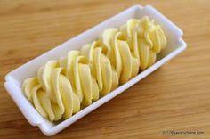 Crema de vanilie cu unt pentru tort sau prajituri - crema mousseline. O crema simpla de vanilie (budinca - crema patissiere din oua, lapte, zahar, amidon,