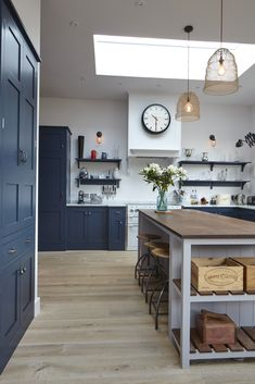 Ideas for breakfast bar industrial cabinets Shaker Style Kitchens, Shaker Kitchen, New Kitchen, Home Kitchens, Kitchen Decor, Kitchen Design, Kitchen Stove, Kitchen Ideas, Kitchen Cabinets