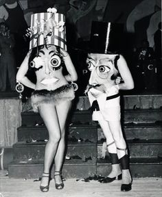 People have been dressing up in costume for Halloween for many years. Here is a collection of vintage photos showing Halloween costumes through the years. These costumes look a lot scarier than some of the costumes we see now. Coastumes Halloween Effrayants, Halloween Karneval, Creepy Halloween Costumes, Crazy Costumes, Witch Costumes, Halloween Outfits, Halloween Makeup, Couple Halloween, Creepy Clown