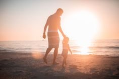 Father Daughter Love photo by Derek Thomson ( on Unsplash Father Daughter, Daughter Love, Father Father, Kanban Board, Nouveaux Parents, Futur Parents, Best Places To Vacation, Vacation Ideas, Gift Guide
