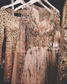 These embroidered Patricia Bonaldi gowns from years past feel just as fresh for this season! Pretty Dresses, Beautiful Dresses, Pretty Clothes, 20s Style Dresses, Glamour, Vestidos Vintage, Mode Inspiration, Look Fashion, Dress Fashion
