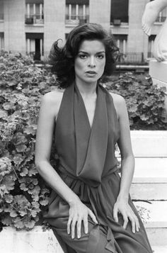 Fall Fashion Bianca Jagger photographed by Jack Garofalo in Paris France 1976 Bianca Jagger, Studio 54 Fashion, 70s Fashion, Autumn Fashion, Vintage Fashion, Fashion Dresses, Charlotte Rampling, Twiggy, Alexa Chung