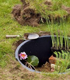 Vand i haven giver liv og glæde - se hvor let du kan lave en Garden Pond Design, Garden Paths, Water Pond, Water Garden, Garden Crafts, Garden Projects, Small Gardens, Outdoor Gardens, Natural Pond