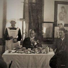 """Sayın Nuri Erbaz'ın notu: """"Koleksiyonumda bu fotoğraf 'Atatürk'ün yaveri Cevat Abbas Gürer'in torunu Hüseyin Gürer'in özel arşivinden. Gazi, Sabiha hanım ilkokulunda yaveri Cevat Abbas Gürer ile kahvaltıda' olarak geçmiş."""" Adapazarı"""
