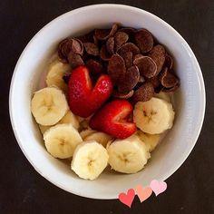 Desayunando con amor.  Consta de: Hojuelas #EnLínea de chocolate  Plátano 🍌 1 unidad pequeña Frutillas 🍓 2 unidades Yogur light de Frutilla 1 unidad . Mejora tu digestión añadiendo fibra a tu dieta 👍🏻