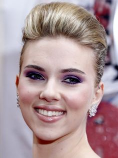 Scarlett Johansson: Blessed with a flawless complexion, she has a smile which is both innocent and mysterious at the same time!