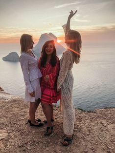 Ibiza im Oktober: So schön ist Ibiza in der Nebensaison - der schönste Sonnenuntergang bei Es Vedra Halloween Fotos, Couple Photos, Couples, Beauty, Halloween Night, Mediterranean Style, Vacation Places, Tourism, Sunset