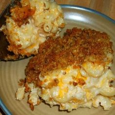 The BEST Homemade Mac and Cheese of your LIFE. Outrageously cheesy, ultra creamy, and topped with a crunchy Panko-Parmesan topping, this mac and cheese recipe is most definitely a keeper. I used three different cheese and a Macaroni Cheese Recipes, Pasta Recipes, Dinner Recipes, Cooking Recipes, Dinner Ideas, Budget Cooking, Baked Mac And Cheese Recipe, Beginner Cooking, Grilled Recipes