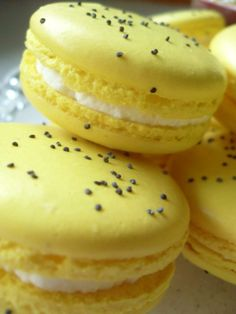 Lemon/poppy seeds macarons